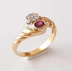 18 kt gold scalloped ring with diamonds and a ruby - Size: 17 mm, 14/54 (EU)