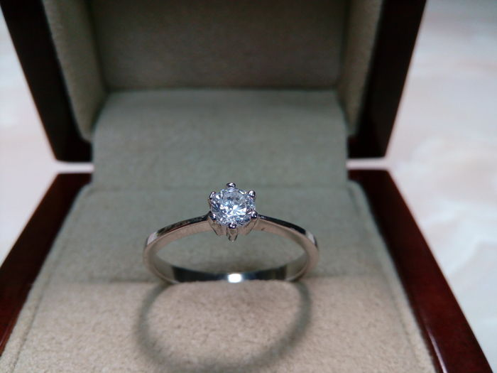 Solitaire 18 kt white gold cocktail ring with diamond