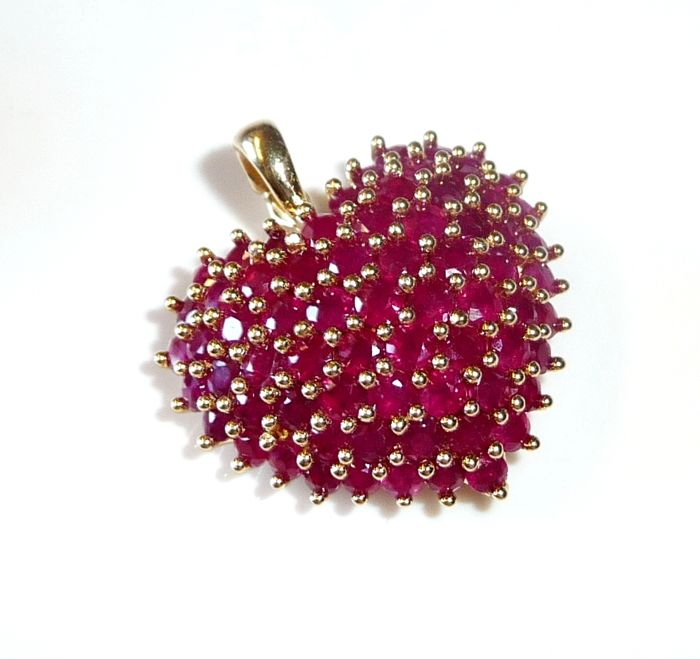 14 kt / 585 gold clip pendant heart with 68 blood red rubies of approx. 4.5 ct – like new