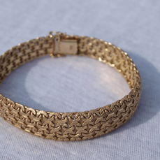 Link bracelet, marked 585, JPC Janssen Post and Cox, and a 8. Made of glossy and hatched matte gold.  Second half of the previous century.