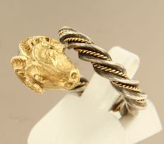 18 kt yellow gold and silver ring in the shape of a ram, ring size 16.5 (52)