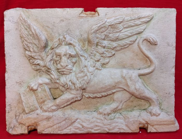 Lion of St. Mark in Botticino marble, worked and carved by hand - The Most Serene in high relief - Venice, Italy - 20th/21st century