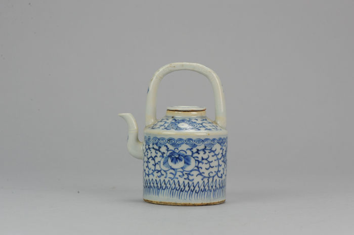 Chinese porcelain teapot 19th century. South east market - China - 19C