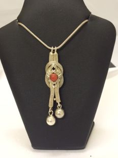 Antique flat knot pendant with precious coral on an 925 snake necklace - 45 cm