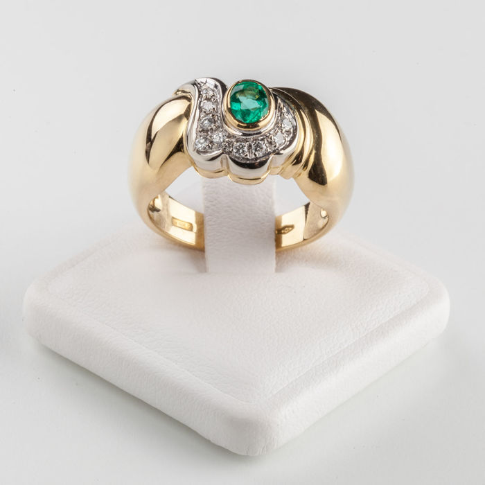 18 kt yellow gold ring with 0.39 ct central emerald and 0.11 ct brilliant cut diamonds. Size 15/16 - resizing: YES