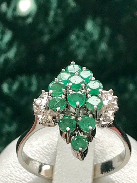 14 kt white gold ring set with emeralds and diamonds - size 58 / 18.4 mm