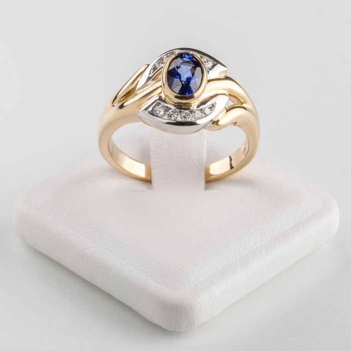 Ring in 18 kt yellow gold, 6.50 g in total, with central sapphire weighing 0.83 ct and brilliant cut diamonds totalling 0.16 ct, size 15/16, resizing available