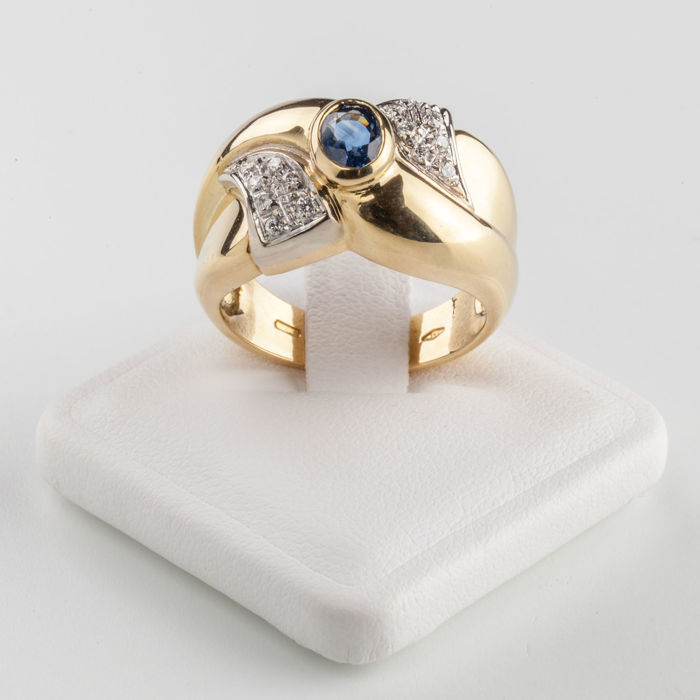 18 kt yellow gold ring, 8 g in total, with 0.72 ct central sapphire and 0.14 ct brilliant cut diamonds. Size 15/16, can be resized