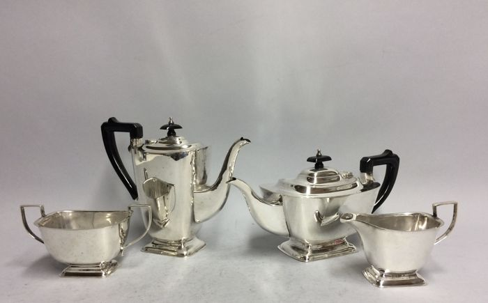 Silver plated Art Deco tea- and coffee set, England, ca 1930