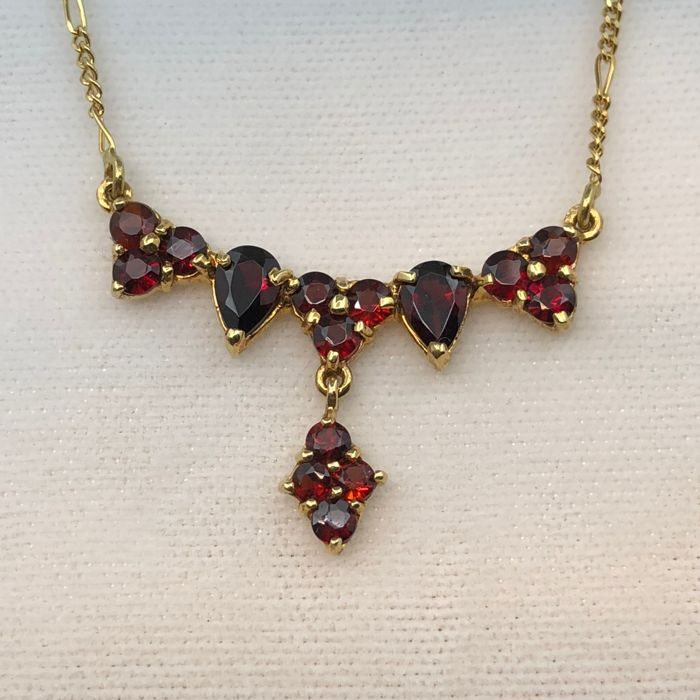 750/1000 gold necklace, garnets, length: 40 cm