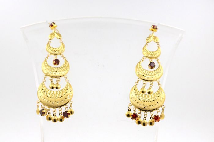 Oriental pendant earrings made of 585 / 14 kt yellow gold with red coloured stones - 10.5 cm long