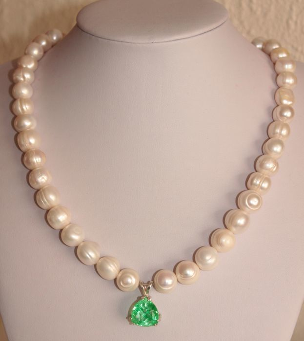 Necklace with baroque pearls and natural Emerald of 10.12 ct - Length: 51 cm (+4.5 cm) **No Reserve Price **