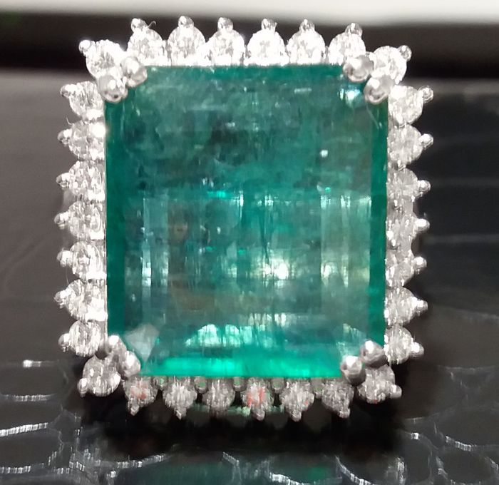Design from the royal family. Emerald weighing 10.85 ct and 0.80 ct diamonds. 18 kt gold ring. Handmade