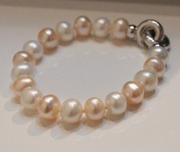 Freshwater pearl bracelet with 14 karat white gold clasp, length: approx. 18 cm, pearl approx. 7 x 9 mm