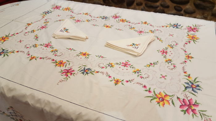 Rectangular tablecloth made by hand with embroidery in cross stitch, frayed work and hemstitch - 8 napkins - 210 x 170 cm - NO RESERVE