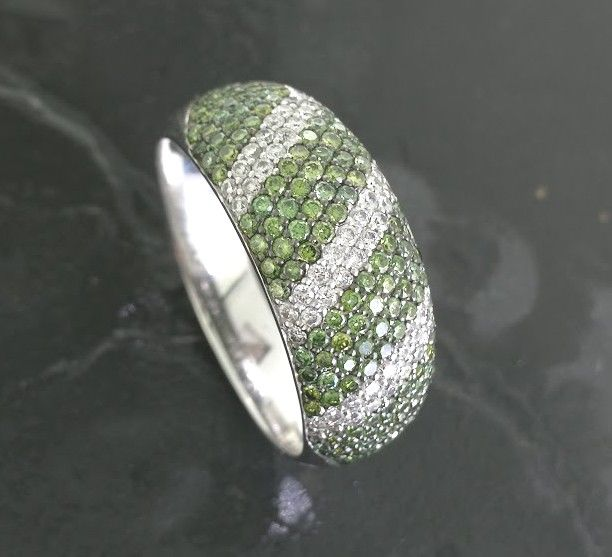 Ring with intense fancy deep green colour diamonds and white brilliants - 1.70 ct in total