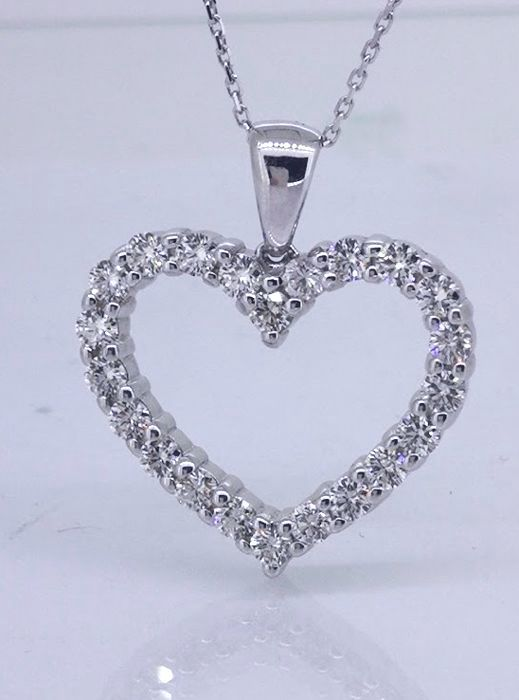 Heart pendant set with 1.00 ct of diamonds in total