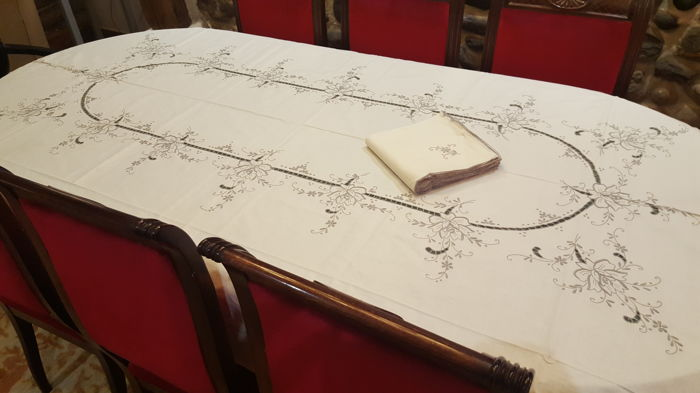XL rectangular tablecloth embroidered by hand and cutwork - 12 napkins - 260 x 170 cm