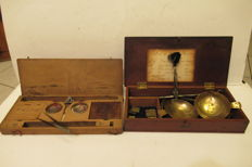 2 pocket scales of which 1 in silver with wooden box and weights, powder / gold / silver 1780-1850