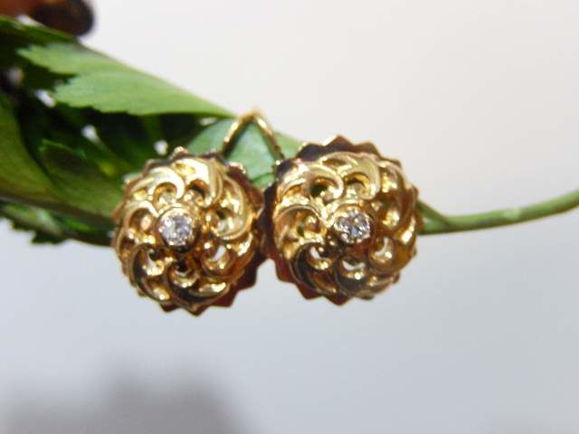 Sleeper earrings in yellow gold and white sapphires 18 kt yellow gold