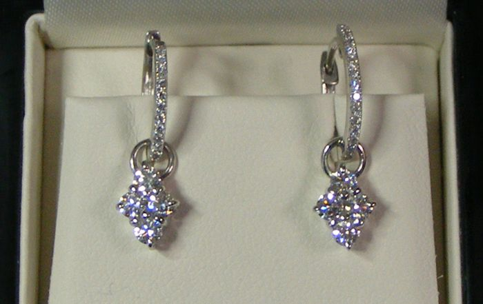 'Haute Joaillerie' earrings set with 8 large diamonds of 0.10 ct each and very shiny VVS diamonds in 18 kt white gold - length 22.1 mm - no reserve price