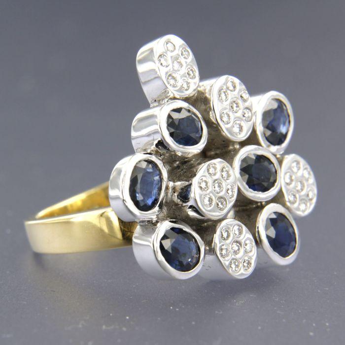 18 kt bicolour gold ring set with sapphire and 35 brilliant cut diamonds, approx. 3.30 ct in total, ring size 17.25 (54)