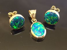 14 kt Gold Pendant Ear Studs with Opal - Diameter: 8.6 mm, pendant: 13.3 mm