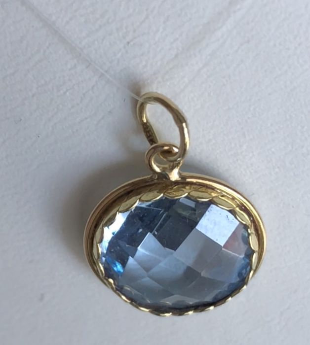 Pendant of 18 kt/750 yellow gold with transparent light blue Topaz, round faceted cut 8.40 ct - Pendant weight 2.288 g &  No reserve price &