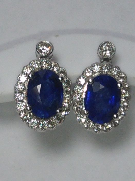 In 18 kt gold. Natural Ceylon sapphires weighing 1.95 ct and natural diamonds, colour F/G, weighing 0.80 ct.