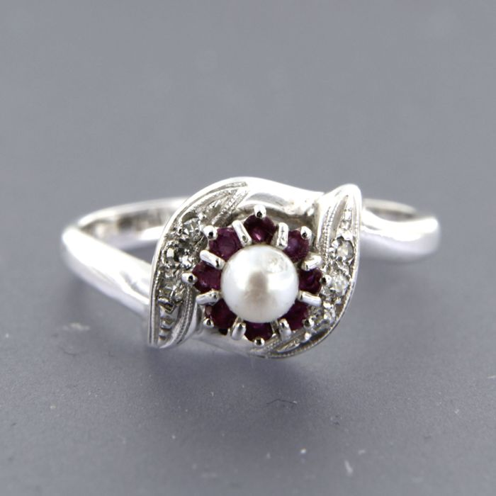 18k white gold ring set with cultured freshwater pearl, rubies and single cut diamond, ring size 18 (56)