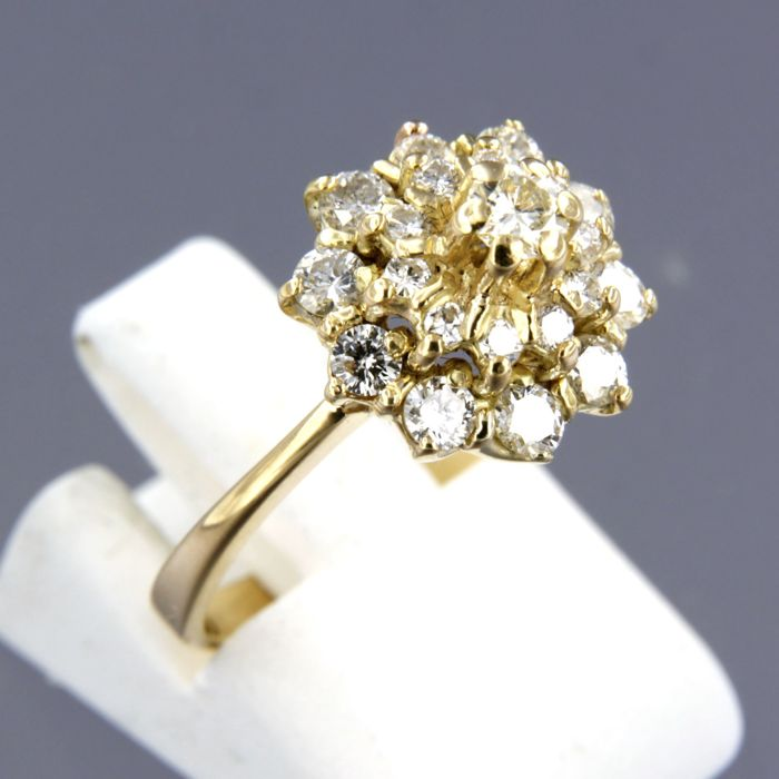 18 kt yellow gold entourage ring set with 21 brilliant cut diamonds of approx. 0.85 ct in total, ring size 16.5 (52)