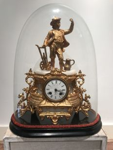 Gold-coloured alloy mantel clock with marble ornaments with a esquire on top of the timepiece, with matching, glass bell jar - approx. early 1900s.