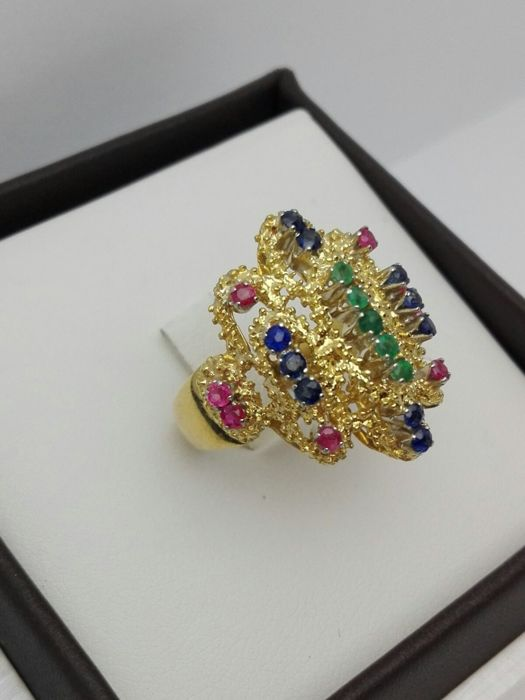 Women's ring in 18 kt yellow gold with rubies, 0.25 ct, emeralds, 0.13 ct, and sapphires, 0.30 ct Weight: 9.3 g