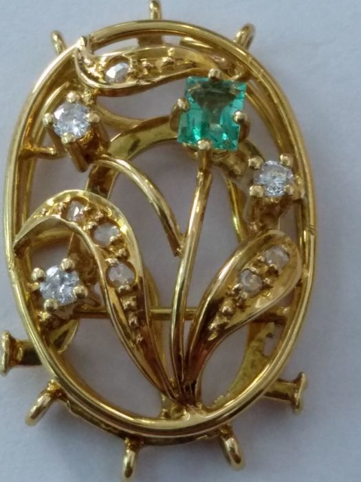 Brooch necklace yellow gold diamonds and emerald
