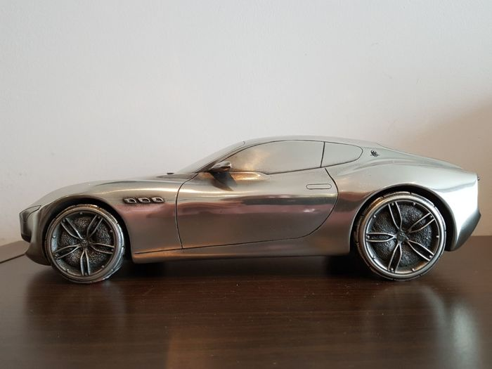 Decorative object - Uniek zilvertinnen 1/12 model van de Maserati Alfieri - Maserati