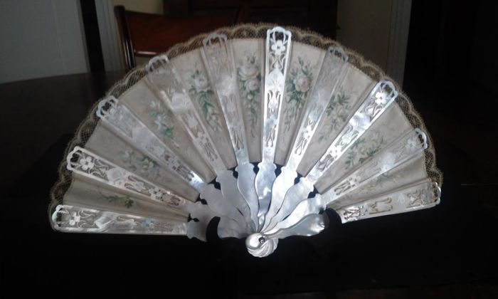 Mother-of-pearl hand fan, Spain. 19th century