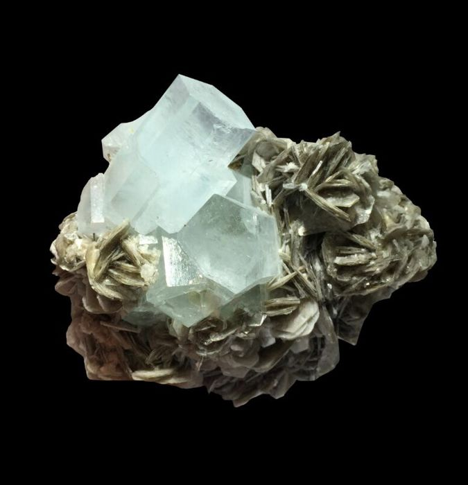 Beautiful piece of waterclear Aquamarine crystals with muscovite - 7.7x7.2x3.9 cm - 219 gm