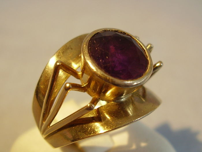 Art deco amethyst ring, 8 kt yellow gold