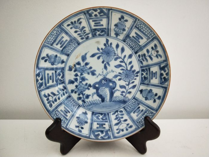 Blue and white porcelain dish with flower decoration - China - Kangxi period circa 1710