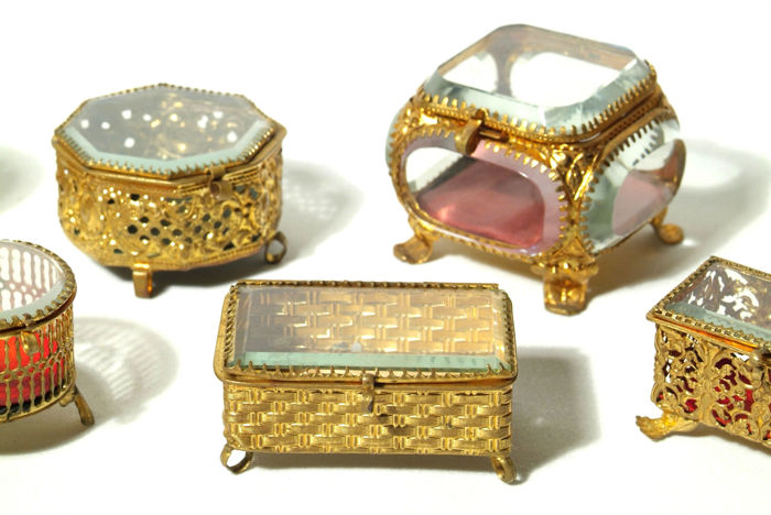 10 different Biedermeier / Art Deco boxes for jewellery and watches, made of glass and brass (end of the 19th to beginning of the 20th century)