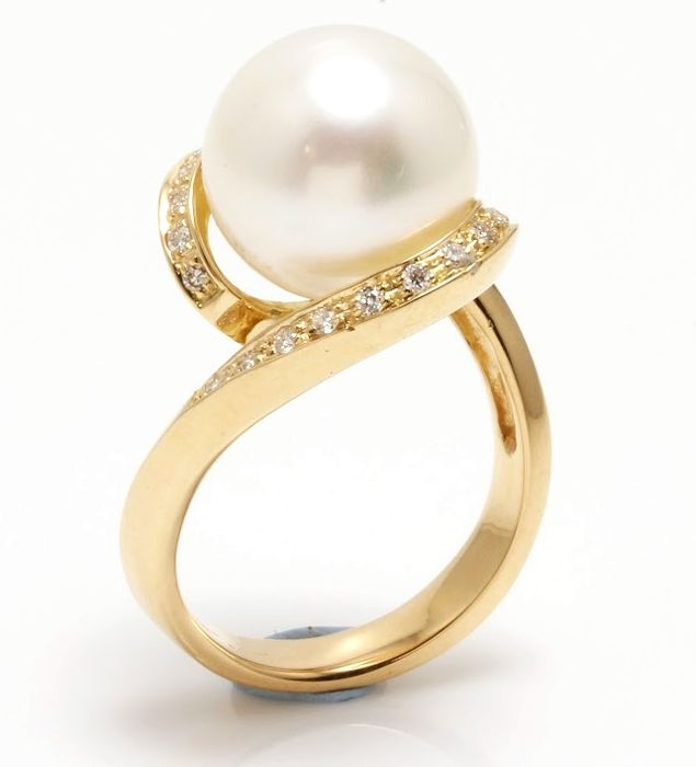 18K Yellow Gold Ring Featuring 0.23Ct SI G Diamonds and a Lustrous Australian South Sea Pearl - Authenticity Certificate
