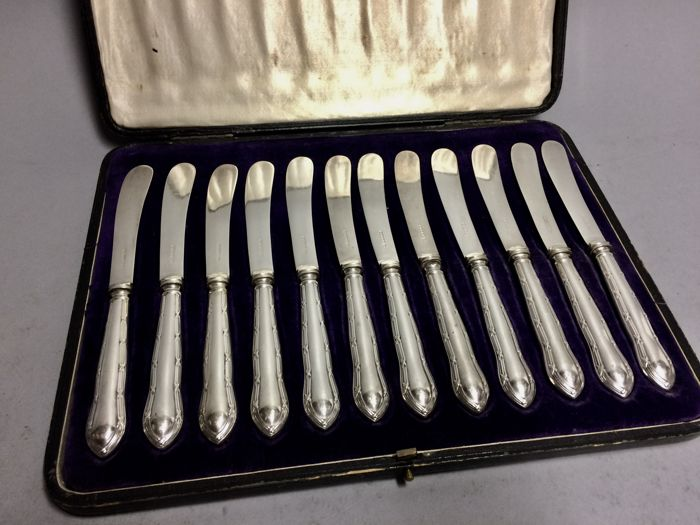 Twelve silver plated fruit knives in original cassette, Walker & Hall, England, ca 1900