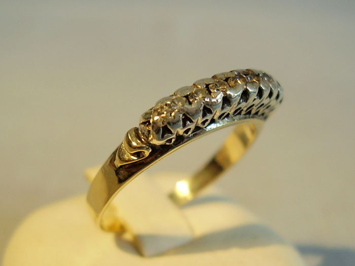 Antique gold ring with 7 diamonds 0.18 ct in total