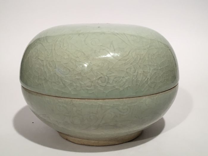 Longquan Ice crackle glaze ceramic Bowl with Cover - China - Ca. 1900
