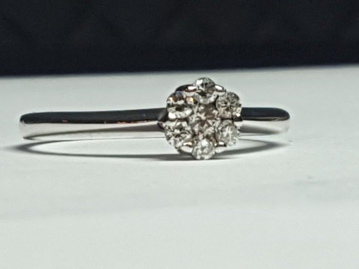 White gold ring (18 kt) with 7 diamonds (0.19 ct) - size 13