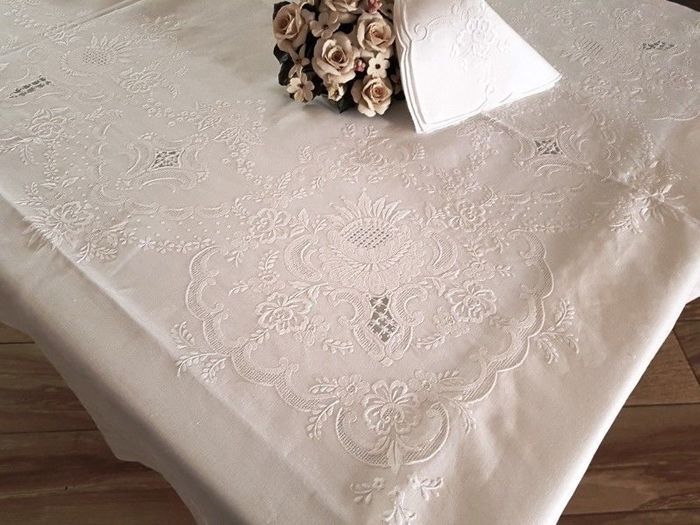A prestigious tablecloth for 12 people - 100% pure linen with princess stitch and satin stitch - all handmade