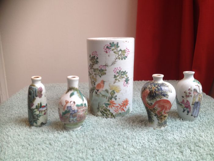 Chinese brush pot and 4 snuff bottles - China - mid 20th century