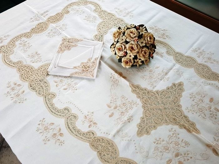 High quality tablecloth for 12 in 100% pure linen with entirely handmade Cantu and satin stitch embroidery