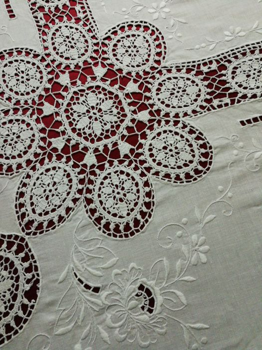 Tablecloth hand embroidered with crochet inserts - 250 x 160 cm - NO RESERVE PRICE