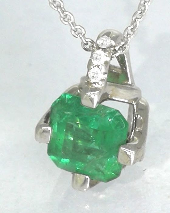 Diamond pendant with a green columbian    emerald 0.60 CT & 3 brilliant  no reserve price